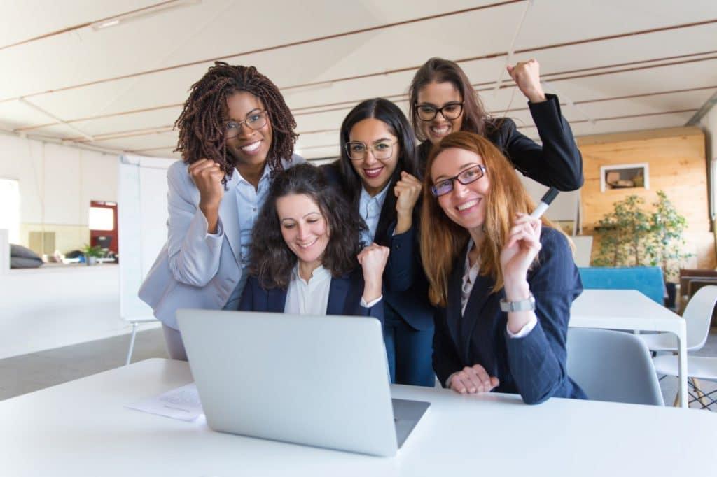 Mulheres em frente a um notebook