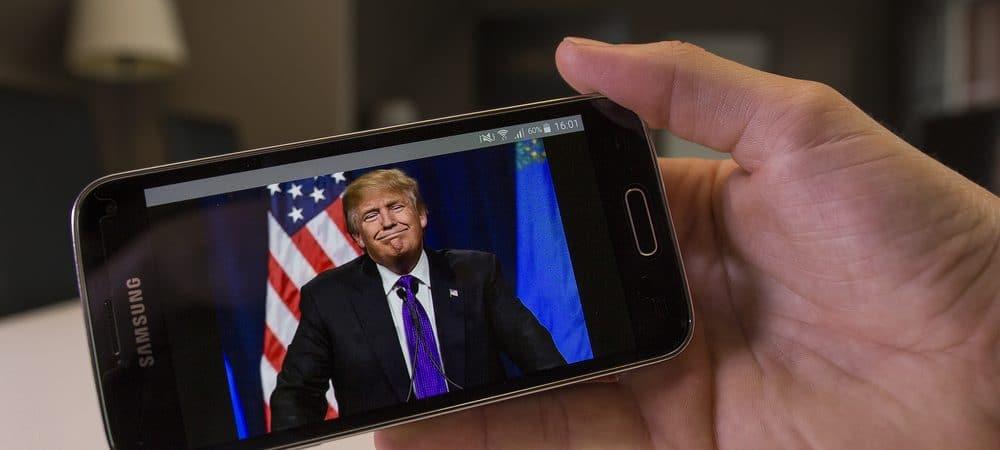Trump em pronunciamento na tela de um celular