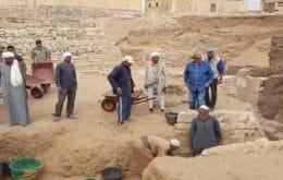 Arqueólogos egípcios descobrem dezenas de tumbas na necrópole de Saqqara