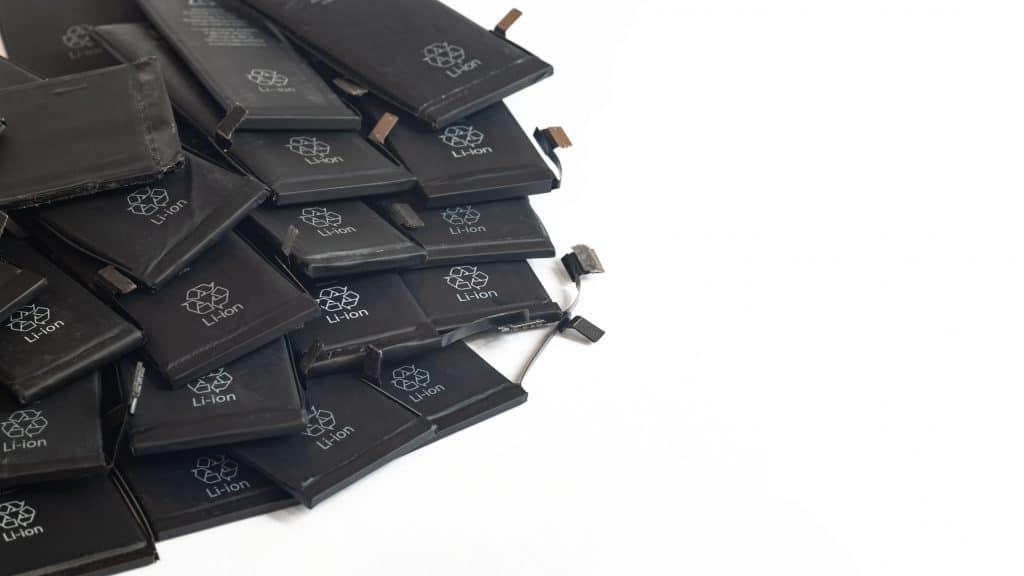 imagen de una pila de pilas desechables