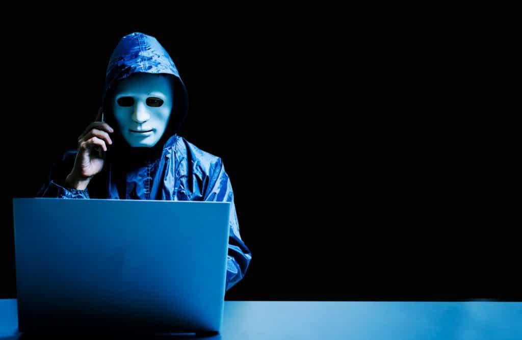 Homem mascarado fazendo um telefonema