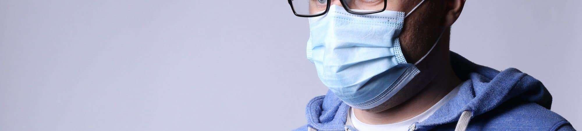 Homem de máscara e óculos