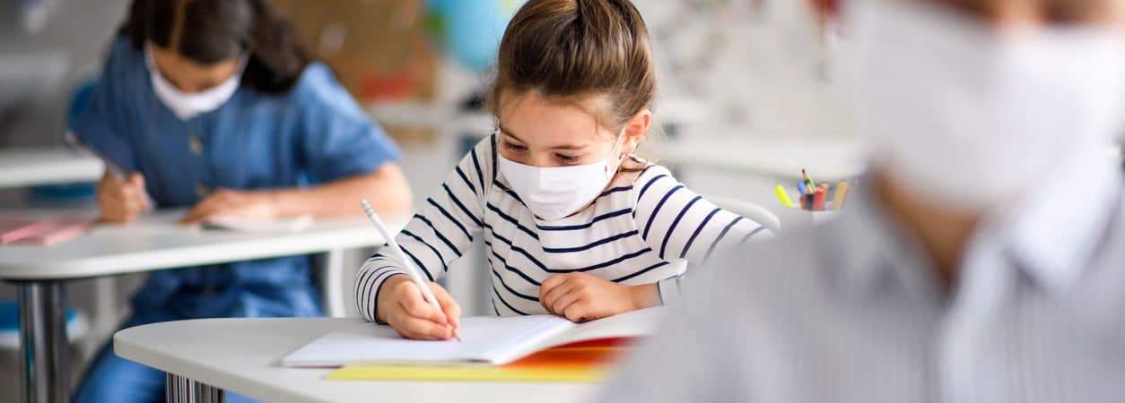 crianças na sala de aula de máscara