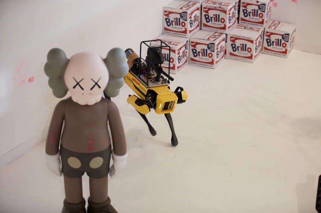 """Imagem mostrando o mascote do grupo """"MSCHF"""", que usará o robô Spot, da Boston Dynamics, para uma ação provocativa com uma arma de paintball"""