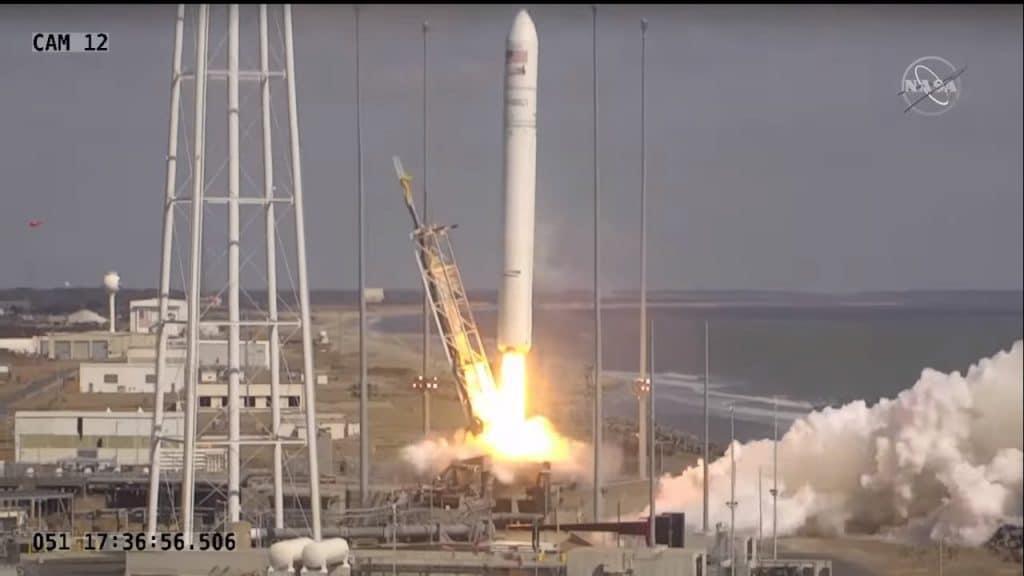 Foguete Antares decola levando uma cápsula Cygnus na missão CRS2 NG-15