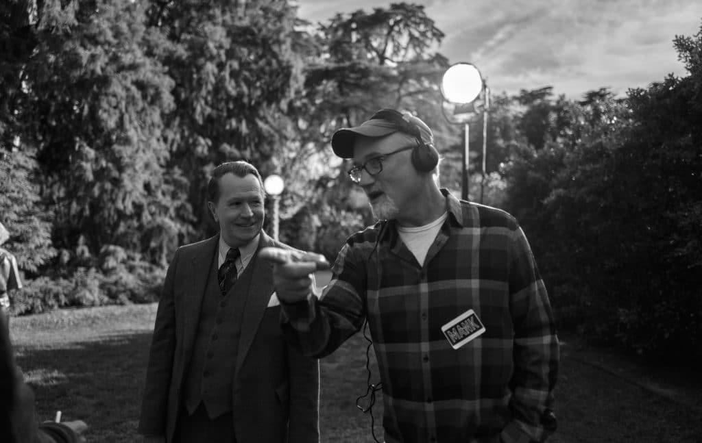 Gary Oldman e David Fincher nos bastidores de 'Mank'. Imagem: Miles Crist/Netflix