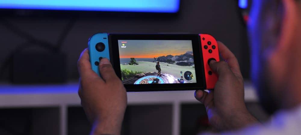 Mãos segurando um Nintendo Switch