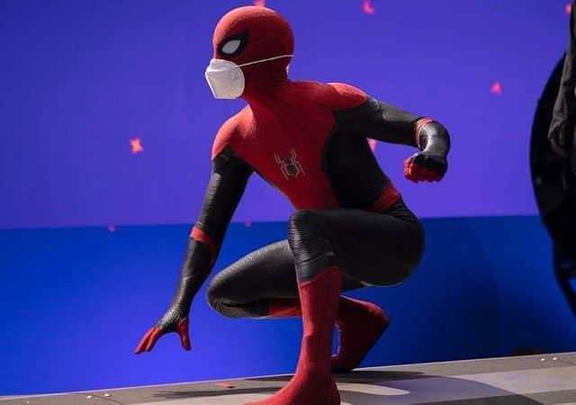 Tom Holland usando máscara de proteção enquanto interpreta o Homem-Aranha