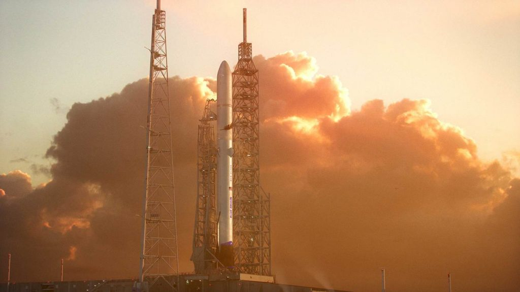 Ilustração de um foguete New Glenn, da Blue Origin, na plataforma de lançamento