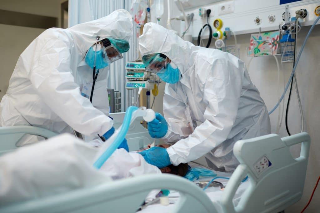 Paciente diagnosticado com Covid-19 sendo intubado