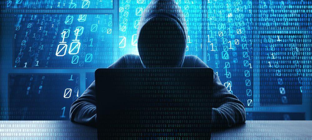 Hacker aparece nas sombras