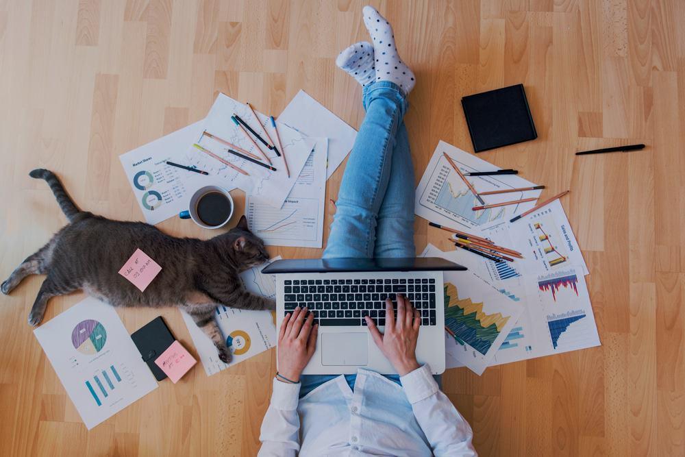 Homem usa o computador trabalhando em home office