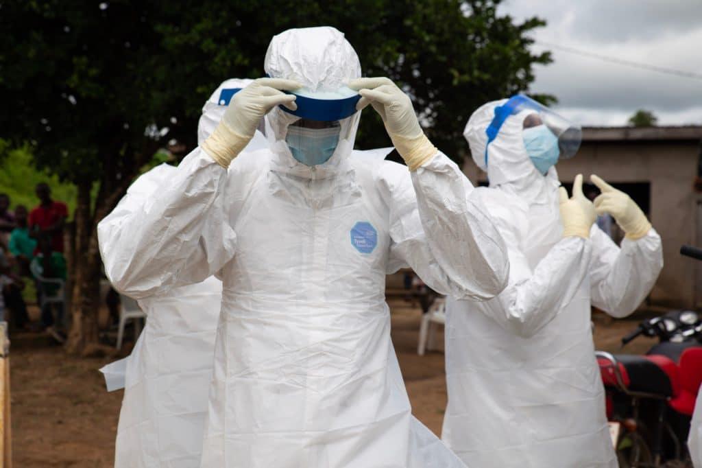 Equipe médica tratando infectados pelo Ebola