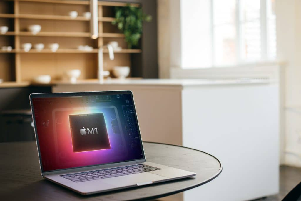 Imagem mostra um computador Macbook com a logomarca do processador M1, da Apple, e a legenda alerta para malwares contra ele