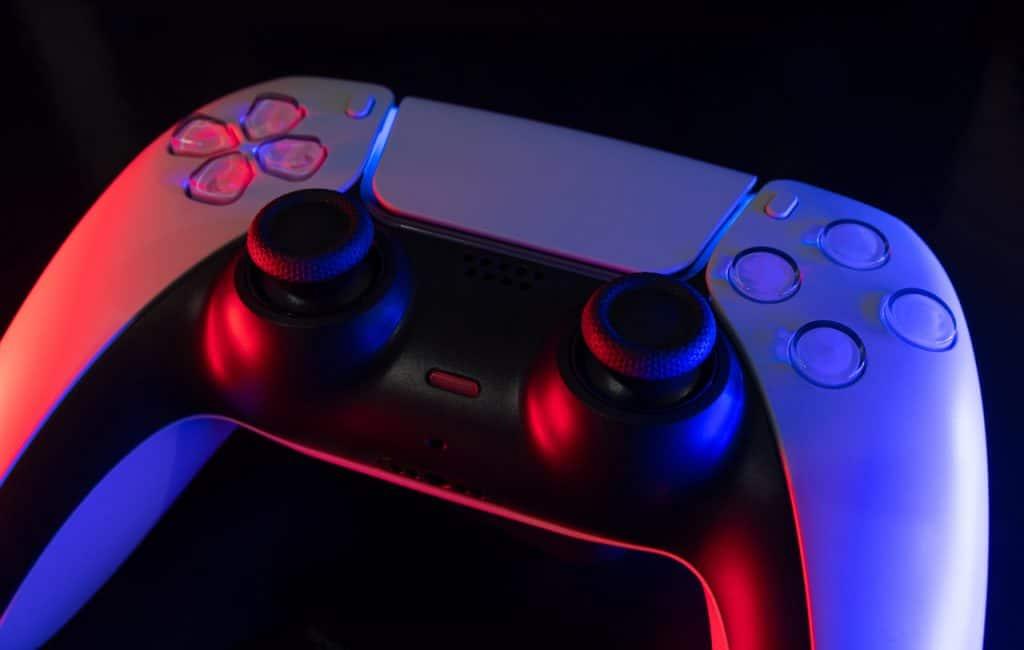 O controle DualSense, do PlayStation 5, exibido em detalhe