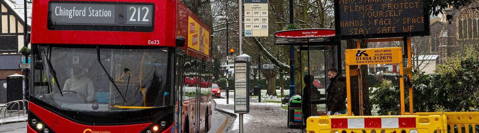 Uma placa de informação pública na Station Road em Chingford, Londres, lembra as pessoas sobre a nova variante de Covid-19 e pede para ficarem seguras