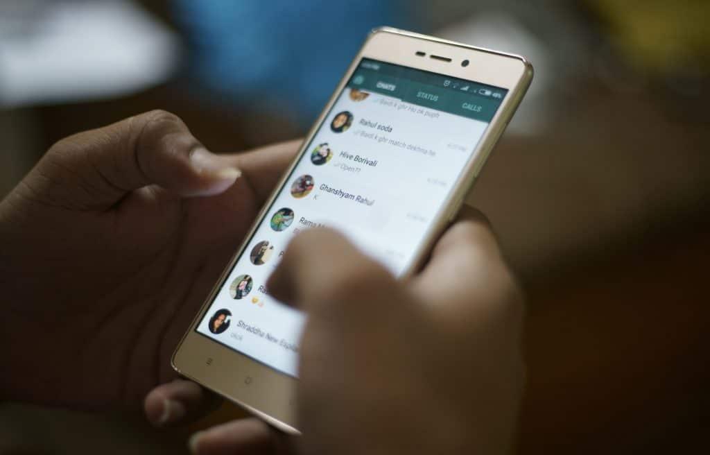 Novas regras do WhatsApp, que só entram em vigor no mês de maio, seguem causando polêmica entre usuários. Imagem: Rahul Ramachandram/Shutterstock