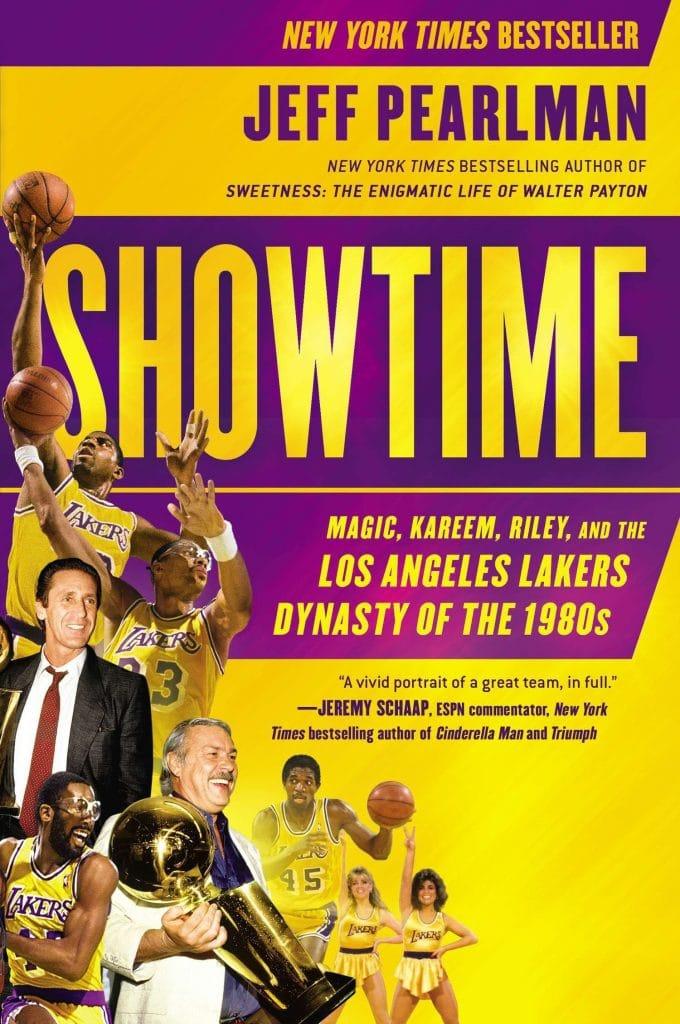 """Capa do livro """"Showtime: Magic, Kareem, Riley, and the Los Angeles Lakers Dynasty of the 1980s"""", que serve de base para série sobre os Los Angeles Lakers. Imagem: Gotham Books/Divulgação"""