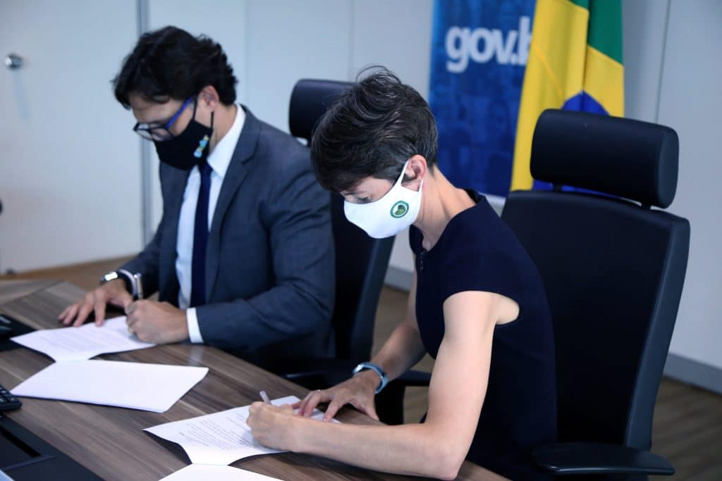 Luis Felipe Monteiro, secretário Nacional de Governo Digital e Liz Davidson, Encarregada da Embaixada do Reino Unido, assinando acordo em prol da inovação tecnológica