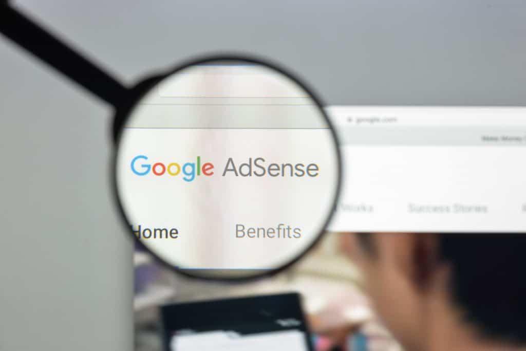 Lupa ampliando a logo do Google AdSense