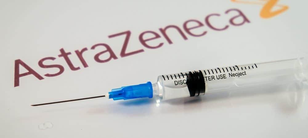 Logo da AstraZeneca com uma amostra de vacina contra a Covid-19
