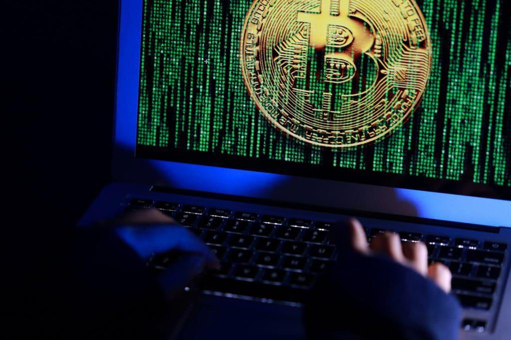 Ilustração de uma invasão hacker mirando bitcoins