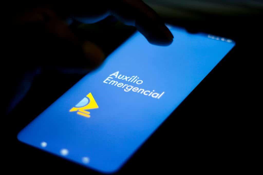 App do auxílio emergencial aberto em um smartphone