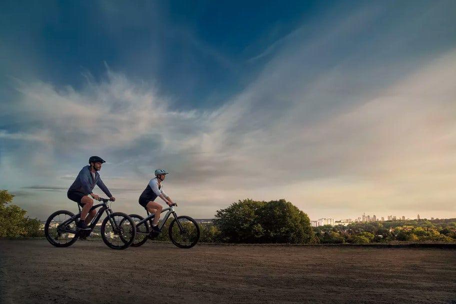 Duas pessoas andando de bicicleta