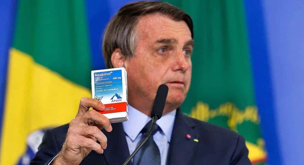 Presidente Jair Bolsonaro segurando uma caixa de cloroquina, cujo medicamento não tem eficácia comprovada contra a Covid-19