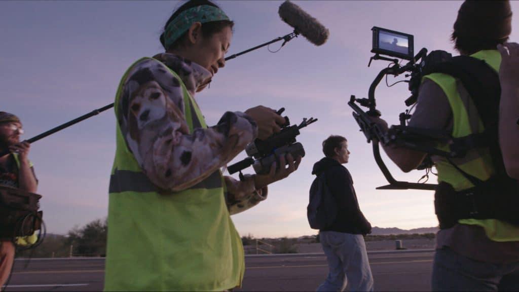 Chloé Zhao no set de 'Nomadland'. Imagem: Walt Disney Company/Divulgação
