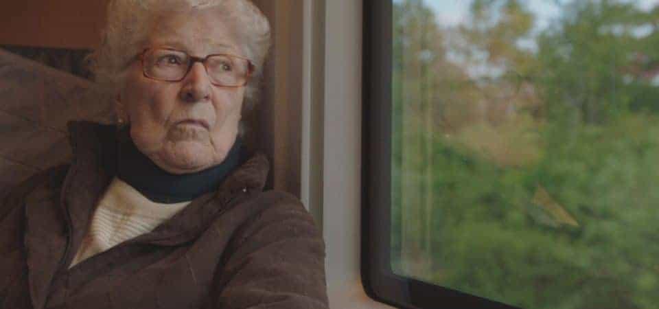 """Cena do filme """"Colette"""" mostra a personagem titular em uma viagem de trem"""