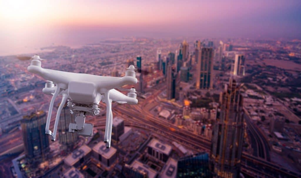 Drone multicopter sobrevoando a paisagem urbana de Dubai, nos Emirados Árabes Unidos. Imagem: phoelixDE/Reprodução/Shuttershock