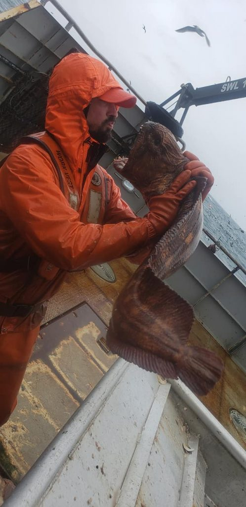 Pescador con anguila lobo capturada en Alaska