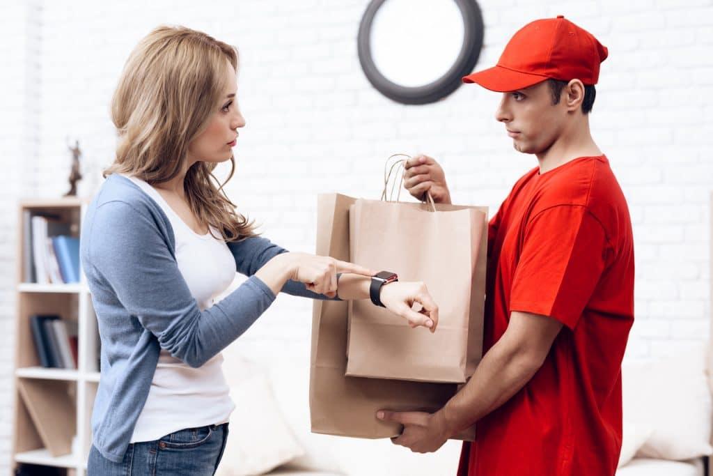 Mulher reclamando sobre a demora da entrega