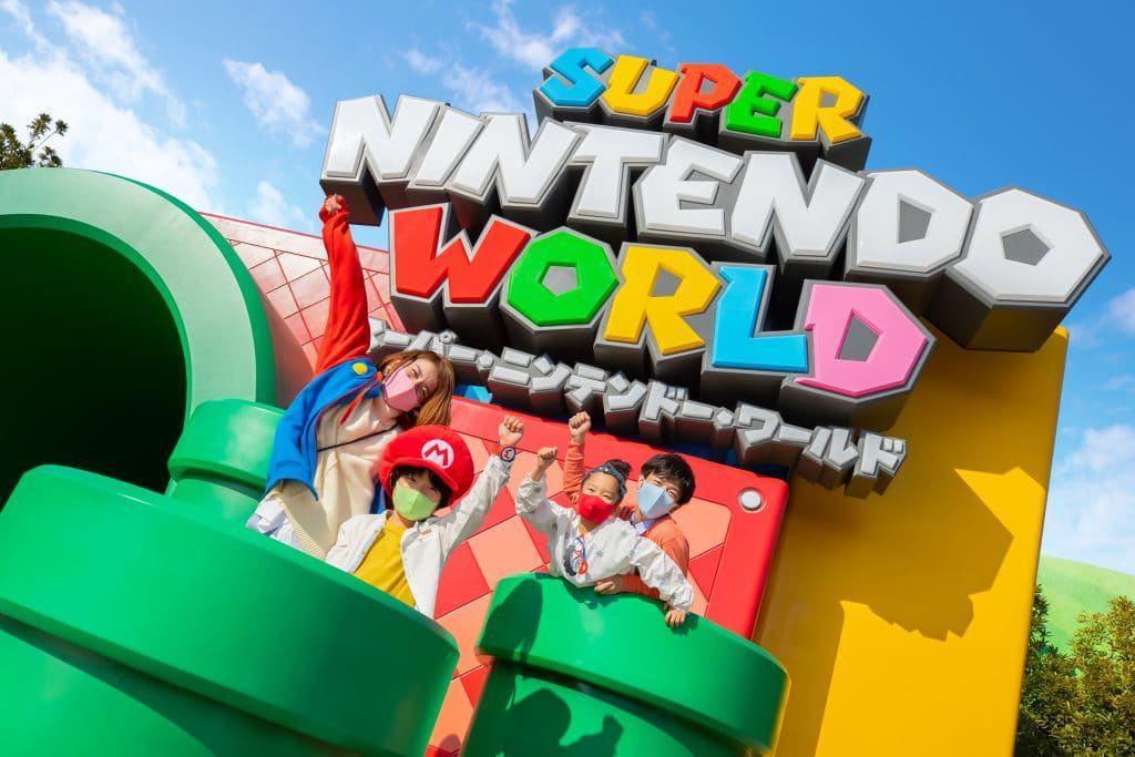 Fãs curtem a atração Super Nintendo World na cerimônia de inauguração. Imagem: Nintendo/Divulgação