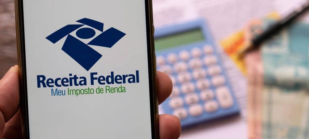 Celular com a app da Receita Federal