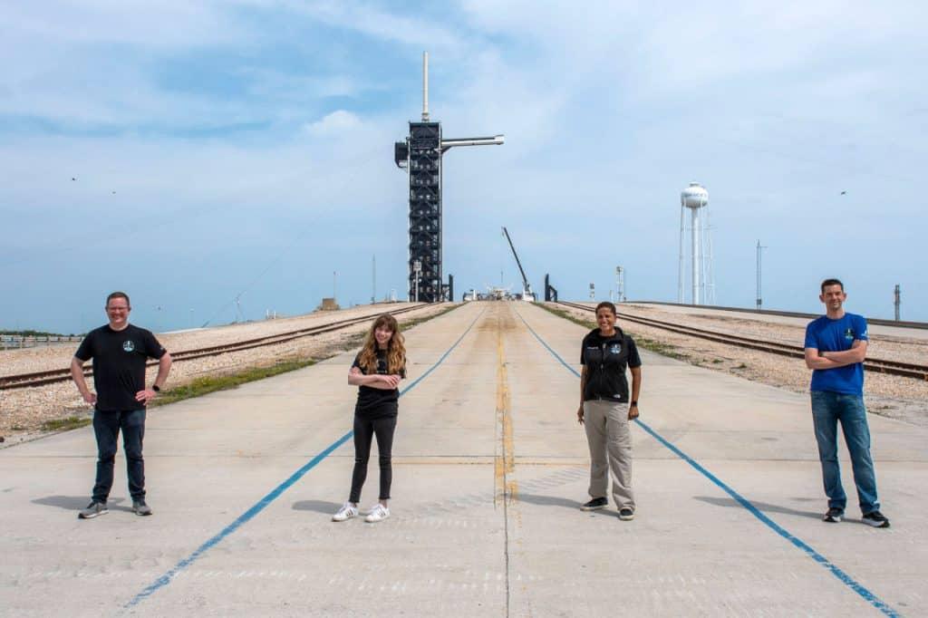 A tripulação da Inspiration 4 em frente à histórica plataforma 39A, de onde partiu a Apollo 11 e de onde sairão em setembro deste ano a bordo de um Falcon 9