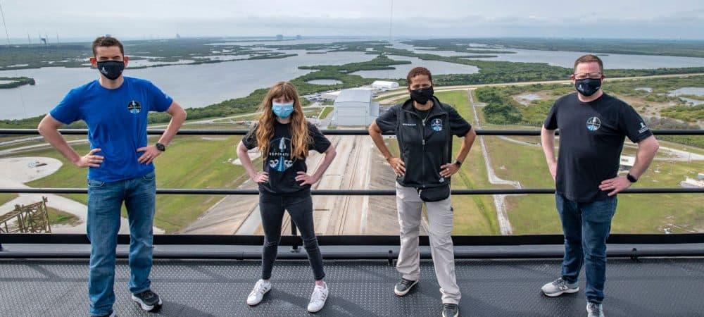 Tripulação da Inspiration 4 no topo da torre de lançamento na plataforma 39A do Centro Espacial Kennedy, na Florida