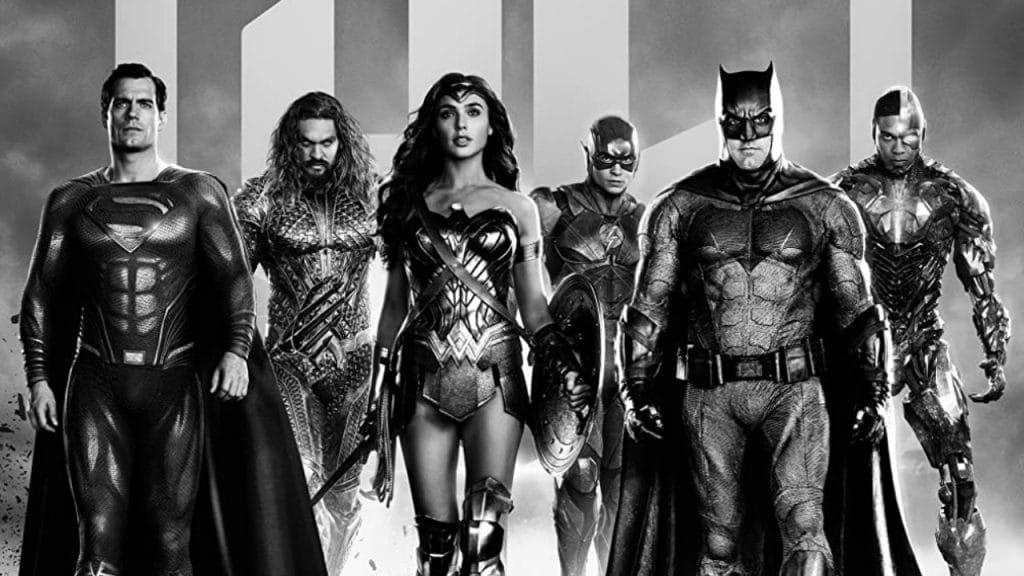 """Imagem mostra os heróis do filme """"Liga da Justiça"""", da esquerda para a direita: Superman, Aquaman, Mulher-Maravilha, Flash, Batman e Ciborgue. A imagem está em preto e branco"""