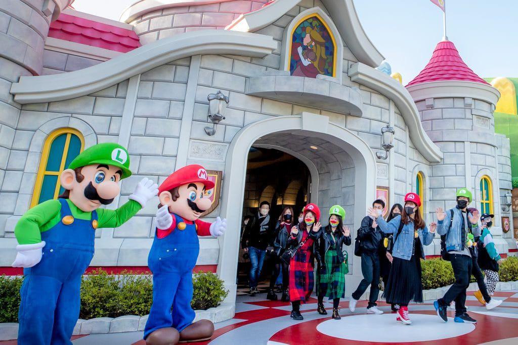 Mario e Luigi recebem visitantes no Super Nintendo World, em Osaka. Imagem: Nintendo/Divulgação