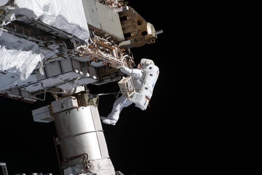 Caminhadas espaciais para reparos e upgrades na Estação Espacial Internacional são rotina para os ocupantes. Imagem: Nasa/Divulgação