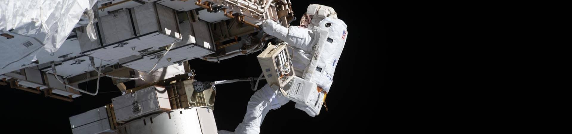 O engenheiro de voo Victor Glover, da Nasa, em caminhada espacial durante reparo na Estação Espacial Internacional. Imagem: Nasa/Divulgação