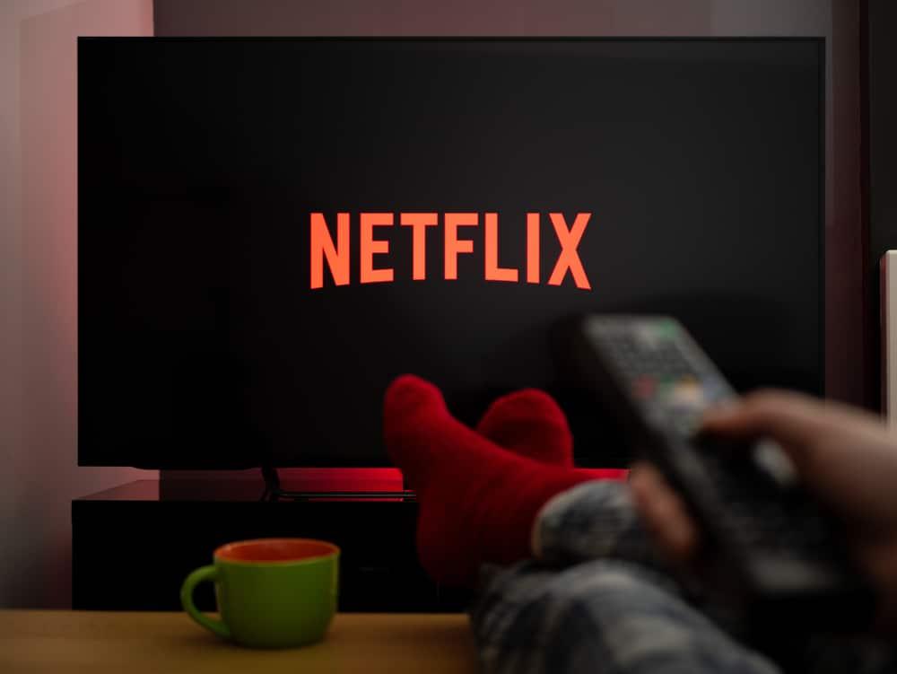 Logo da Netflix em uma televisão