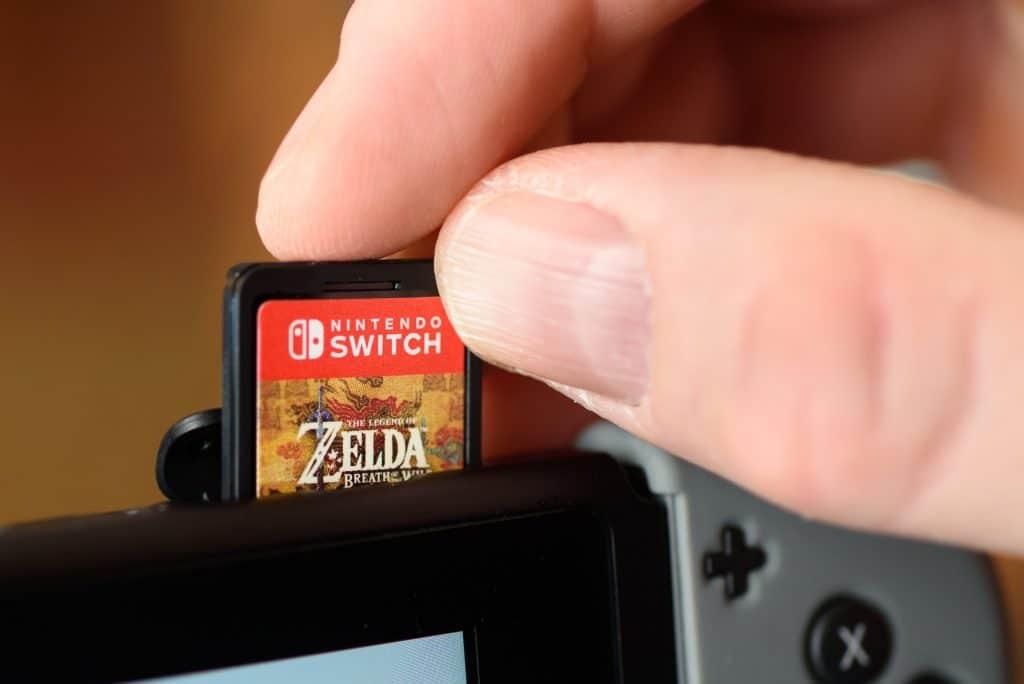 O pequeno cartucho de jogos do Nintendo Switch. Imagem Kyli Petersen  Shutterstock.com