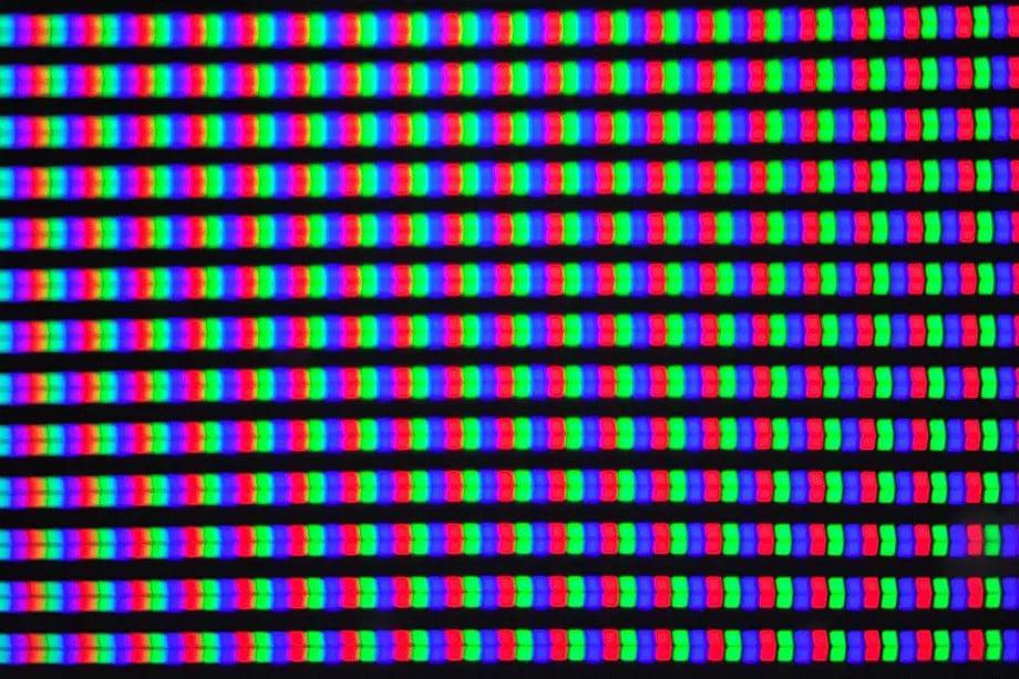 Foto dos pixels que compõem a imagem em um monitor, produzida pela microlente do Oppo Find X3 Pro