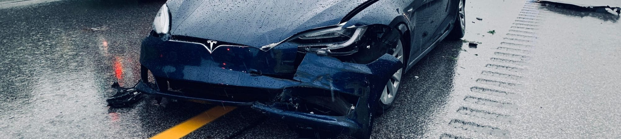 Fotografia de um modelo 3 da Tesla que sofreu um acidente na rodovia em Illinoiss, Chicago. Imagem: canadianPhotographer56 / Shutterstock.com