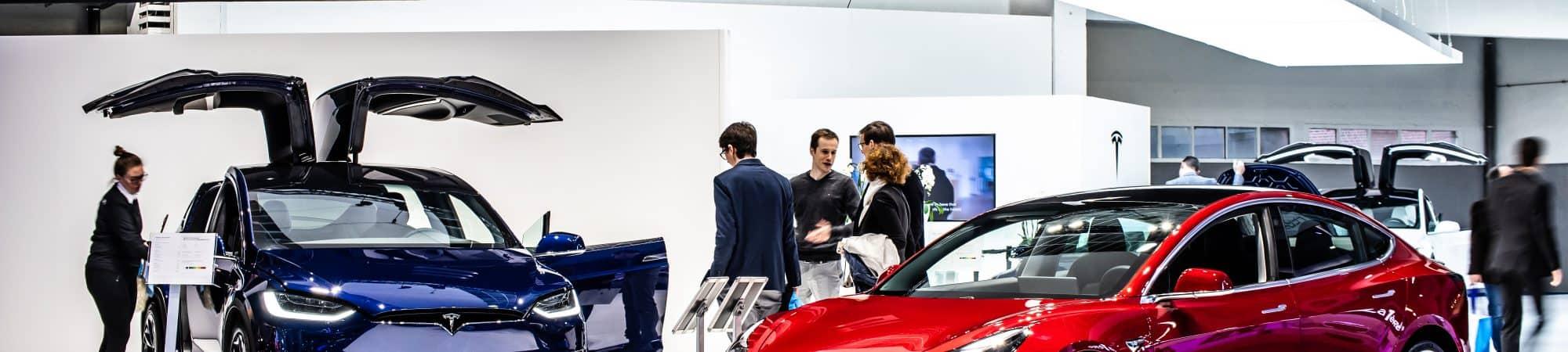 Tesla Model 3 e Model X no Salão do Automóvel de Bruxelas. Imagem: Grzegorz Czapski / Shutterstock.com