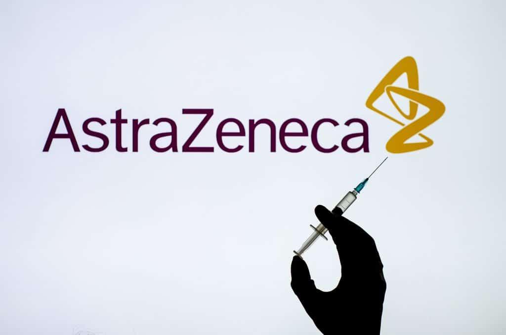 Vacina foi feita em parceria entre a Universidade de Oxford e a farmacêutica Astrazeneca. Imagem: Lutsenko_Oleksandr / Shutterstock.com