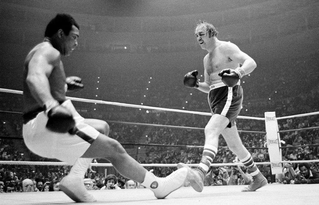 Foto que mostra o momento em que o boxeador Chuck Wepner conseguiu derrubar Muhammad Ali