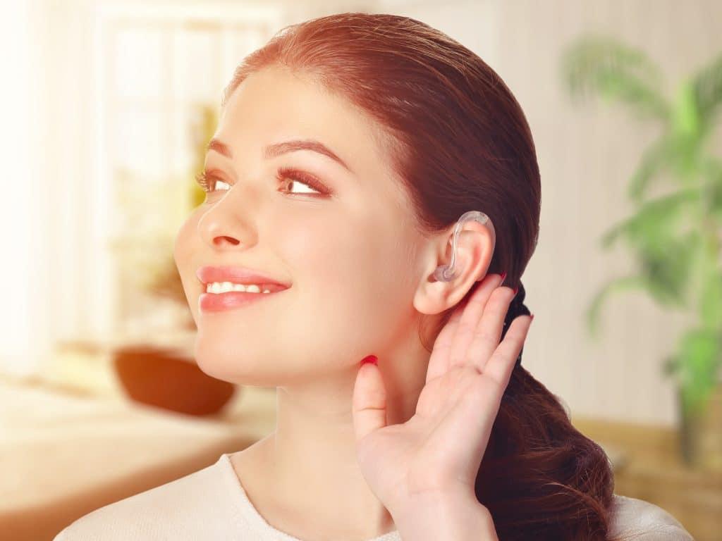 Mujer joven, llevando, un, audífono